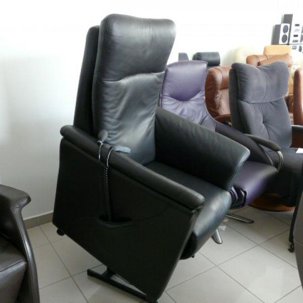 Fekete bőr felállás segítő fotel F040