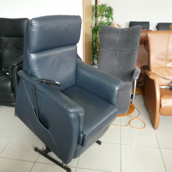 Kék bőr felállás segítő fotel F043