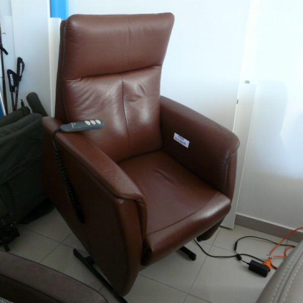 Barna bőr felállás segítő fotel F099